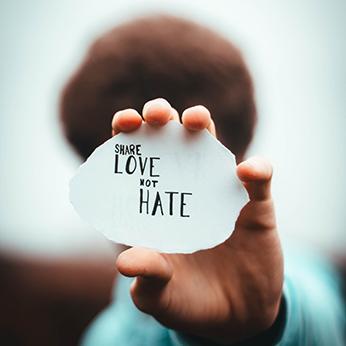 Aborder les discours haineux en ligne
