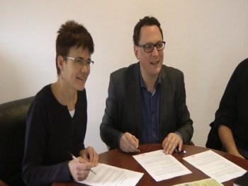 La présidente du CPNS et Monsieur le Maire de St Gilles Croix de Vie : partenariat pour la gestion de la boîte à dons