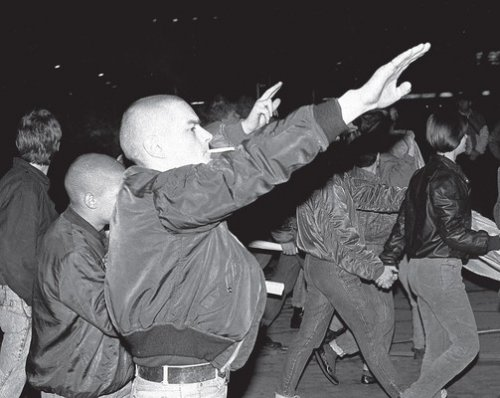 """Leipzig, le 5 février 1992. Les groupes néonazis s'affichent sans complexe dans les """"Montagsdemo"""" (manifestations du lundi) / Photo Hassan J. Richter {JPEG}"""