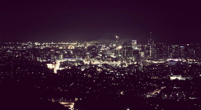 1024px-Brisbane-city-by-night-mt-coot-tha.jpg
