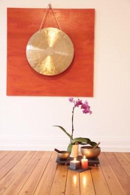 Großer Gong und Orchidee als Dekoration in einem Yoga Raum