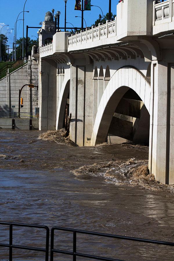 flooding-in-calgary-centre-street-bridge