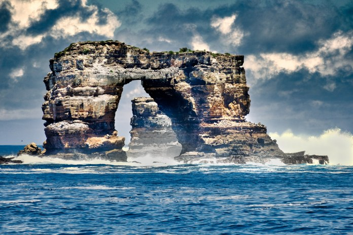 Iconic Galápagos rock formation Darwin's Arch has Collapsed