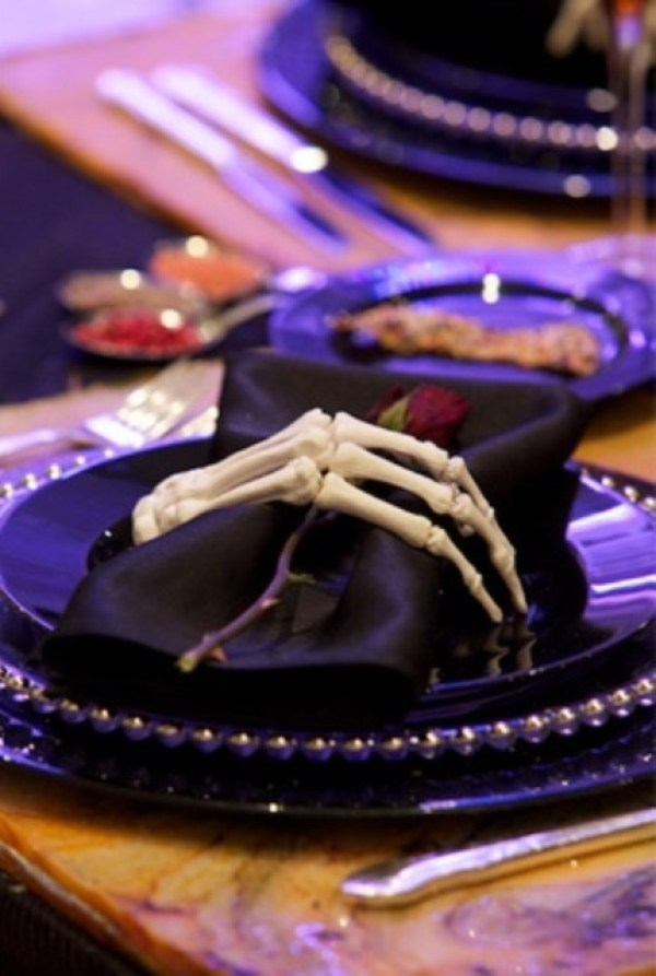 Wedding-o-mania - 41 Spooky but Elegant Halloween Wedding Table Settings