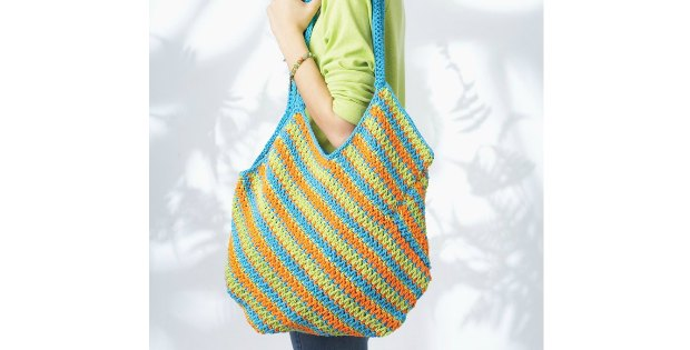 Free crochet pattern for the On The Side Bag. Cute in summer colors.