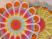 Free crochet pattern for a vintage style potholder or coaster. So pretty, and these bright colors are scrumptious.