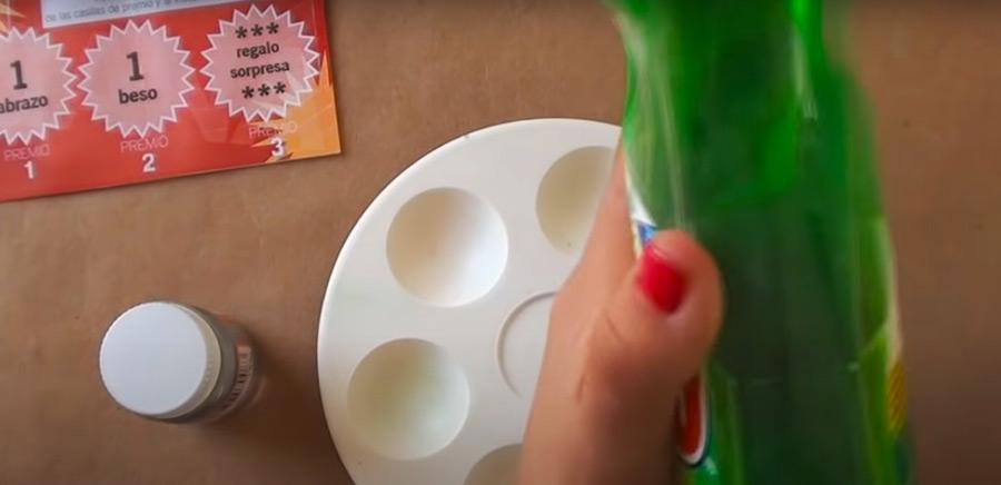 4) Vierte la pintura plateada y el jabón para lavar platos en un recipiente