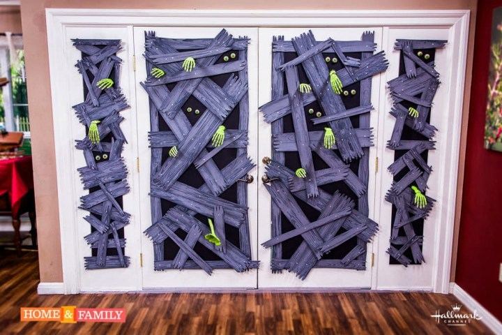 puerta con zombies