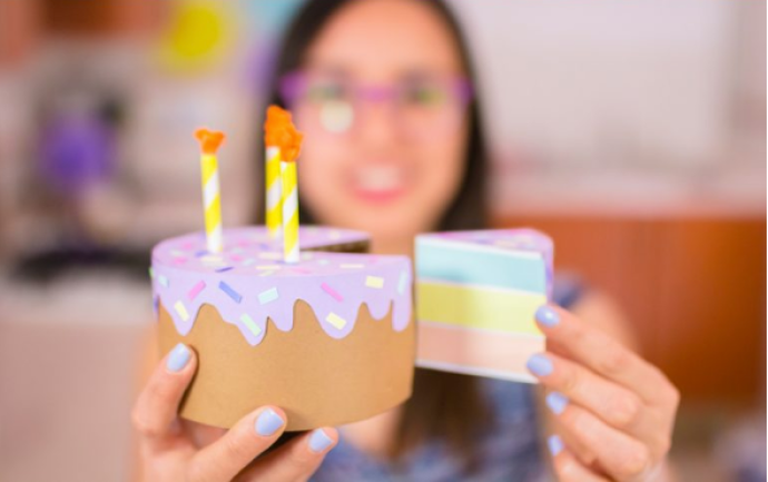 Celebra a tu mamá con este pastel de papel, agrega los dulces que más le gustan | Give this paper cake to your mom, add the sweets that she likes.