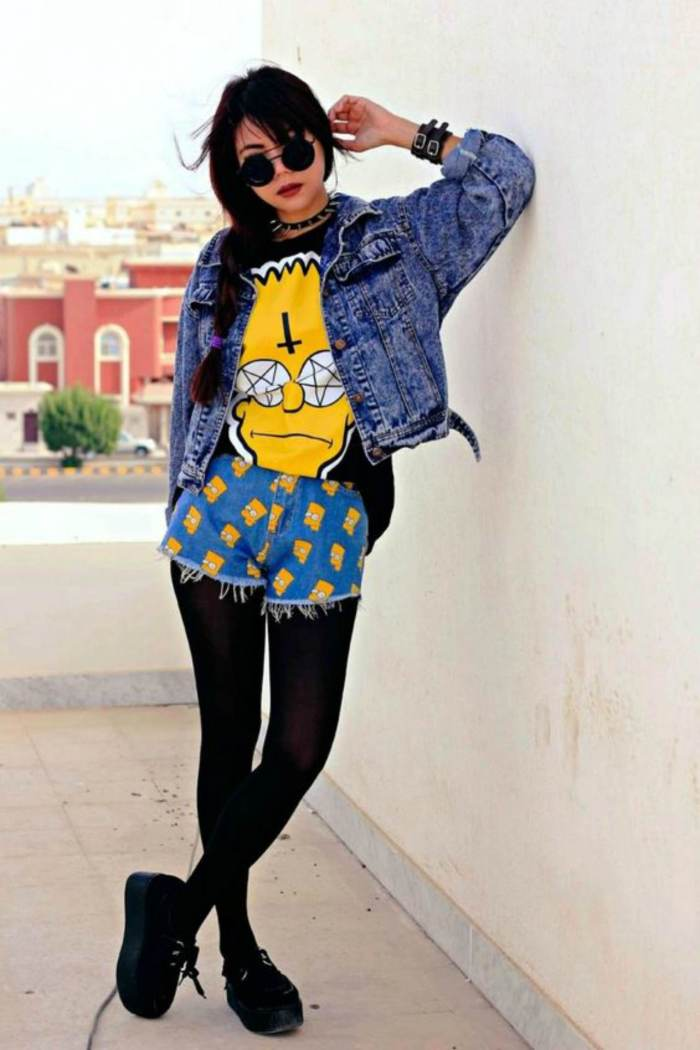 Outfit con chamarra de mezclilla estilo grunge