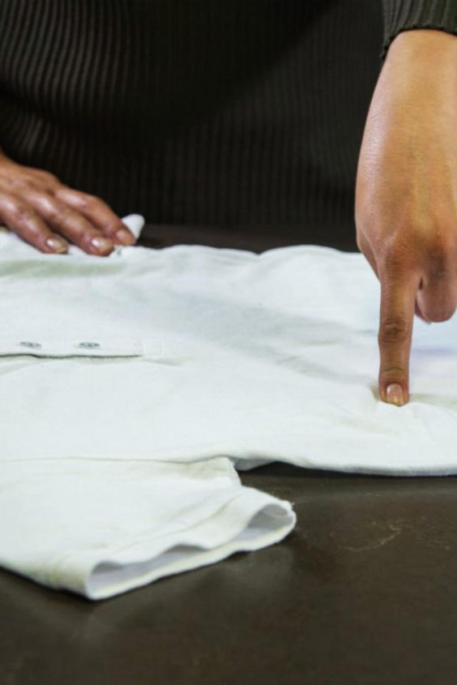 2) Dobla la prenda para crear el diseño de tu preferencia