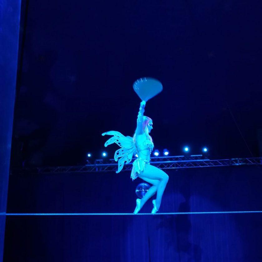 Paulos Circus 2021 walking across the tightrope en-pointe