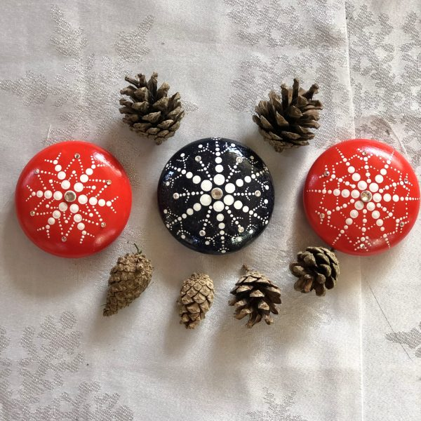 red and blue snowflake stones as a table decoration