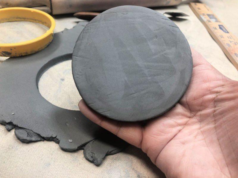 Hand-building mugs 101 #craftychica #claymugs #ceramics #handbuiltmugs