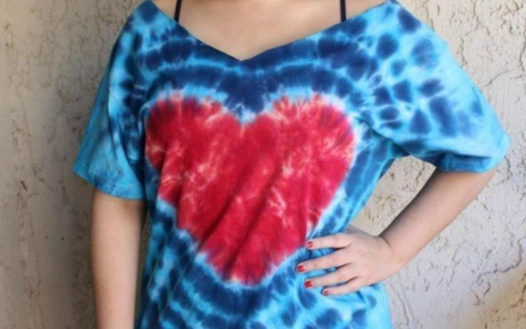DIY tie-dye heart shirt #craftychica #tiedyeheart #tiedyecrafts