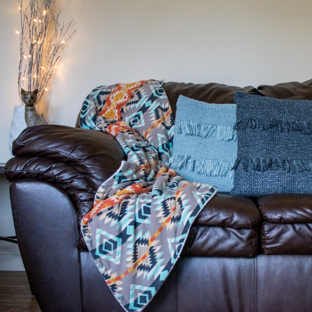 DIY throw pillow. Free crochet pattern to make a luxury looking crochet throw pillow with fringe and inspired by expensive home decor. DIY crochet throw pillow.