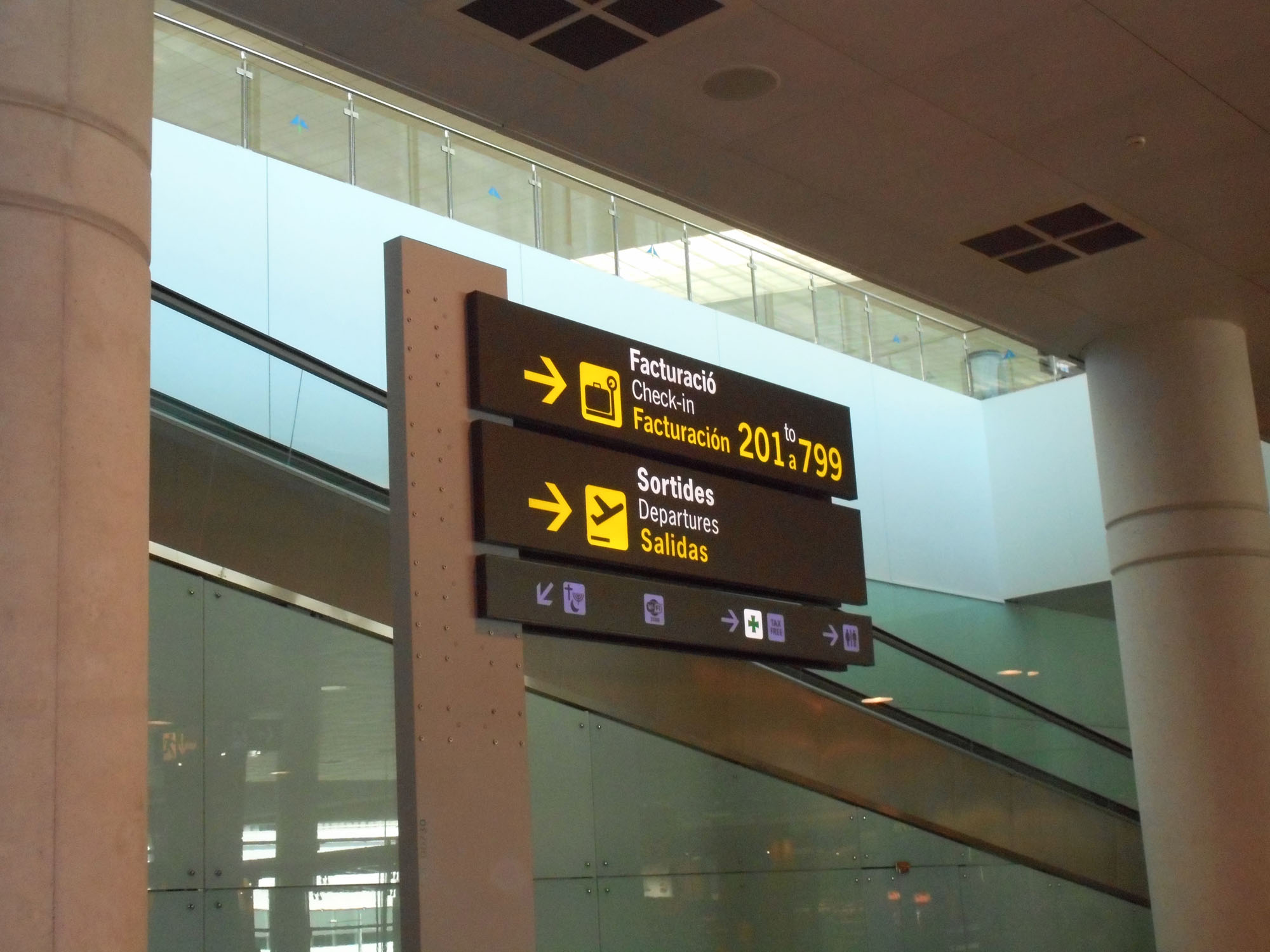 barcelona-airport-sign