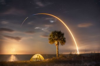 A SpaceX Falcon 9 rocket appears as a streak by using a long exposure. (Glenn Davis/Glenndavisphotography.com)