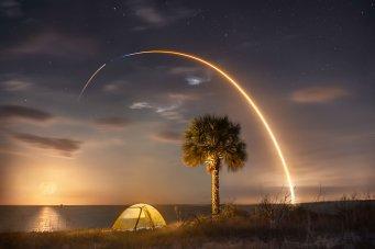 A SpaceX Falcon 9 rocket appears as a streak by using a long exposure. (Glenn Davis/Glenndavisphotography.com)