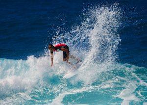 Ein Surfer im Meer