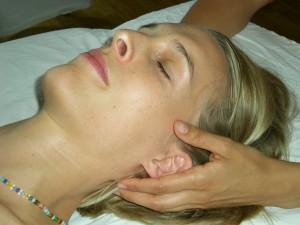 Craniosacrale Behandlung am Hinterkopf