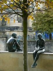 Verlust von Beziehung, 2 Menshen sitzen auf der Mauer