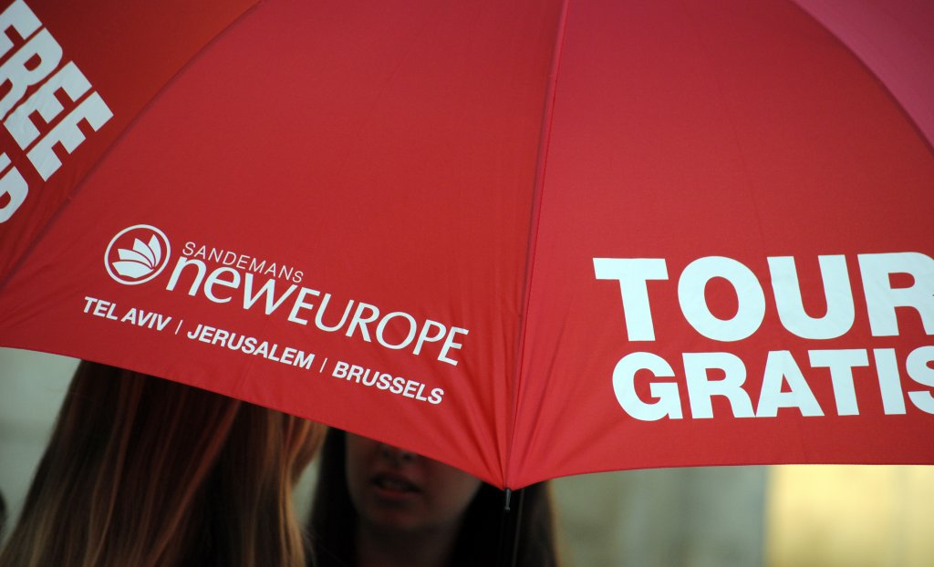 Look for this umbrella when going on a free tour Madrid