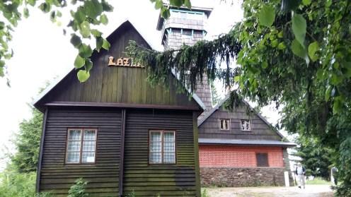 Hotel und Spritzenhaus sind im Tal, der Aussichtsturm steht auf dem Berg Lázek. So sieht es oben aus...