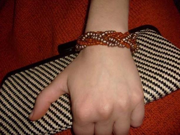 Элегантный браслет из бисера
