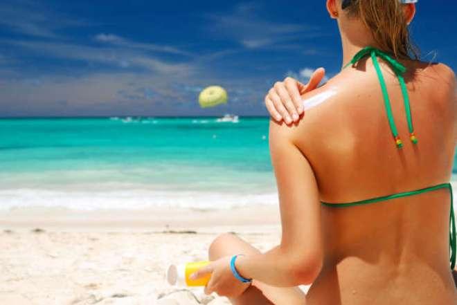 Lembre-se sempre de passar filtro solar da maneira correta. Aplique uma camada espessa e homogênea, cerca de 30 minutos antes de sair de casa.