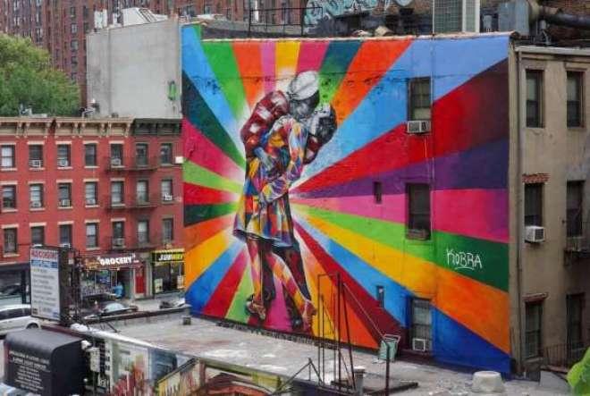 """O belíssimo mural """"O Beijo"""" foi produzido em junho de 2012, em Manhattan, na região de Chelsea, no 255 10th Avenue."""