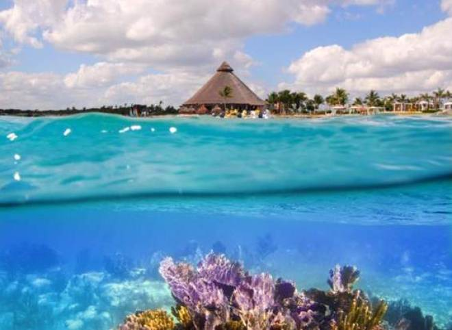 O local, que não é atingido pelas ondas gigantes de Oahu (principal ilha), possui 43 praias de areia branca e muita calmaria.