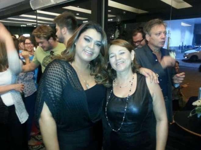 Marta Frediani, com a simpática cantora Preta Gil, no evento de lançamento do Diletto Conceição Bem Casados.