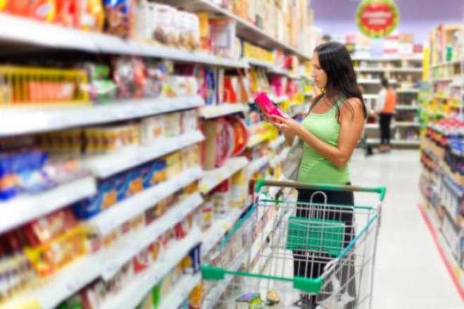O brasileiro está mudando hábitos e reduzindo compras, especialmente de bens duráveis e produtos no supermercado.