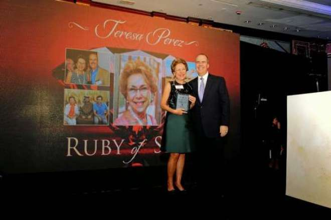 Teresa Perez recebe o premio de Matthew Upchurch, CEO do Virtuoso.