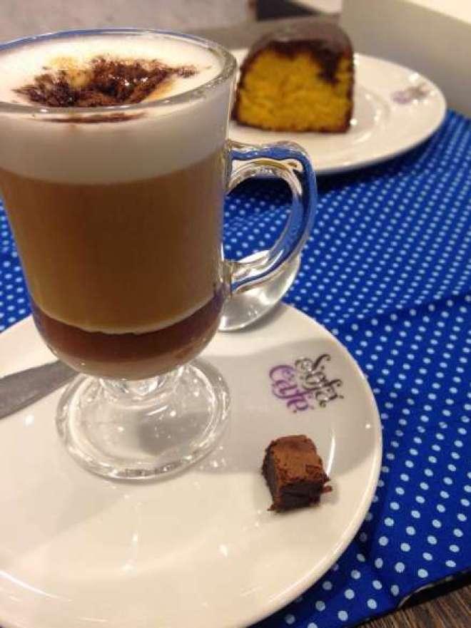 A bebida é preparada com um saboroso ganache de creme de ovomaltine, leite cremoso, espresso e polvilhado com o achocolatado, e custa R$ 9,00.