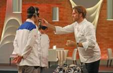 Chef Carlos Bertolazzi durante prova às cegas/ 02 – Blogueiros de gastronomia auxiliam no julgamento da prova. Crédito: Divulgação/FremantleMedia/SBT