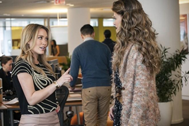 Liza acaba trabalhando como assistente e faz amizade com colegas na casa dos 20 anos, como Kelsey (Hilary Duff).