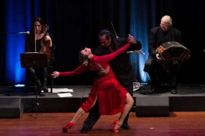 A Companhia Tango & Paixão se apresentará com dois casais para divertir a noite em quatro entradas com duração de seis minutos cada.