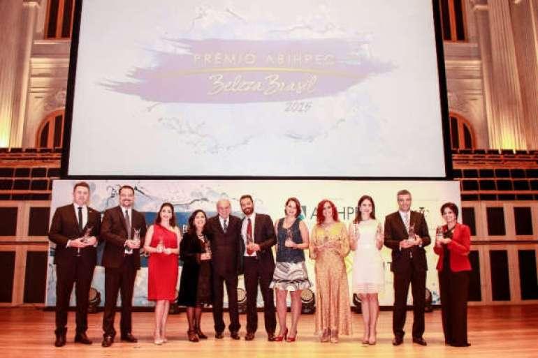 João Carlos Basilio da Silva, ao centro, com os grandes vencedores do 3º Prêmio ABIHPEC-Beleza Brasi.