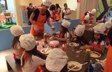 Os minichefs se divertem preparando as comidinhas do foodtruck.