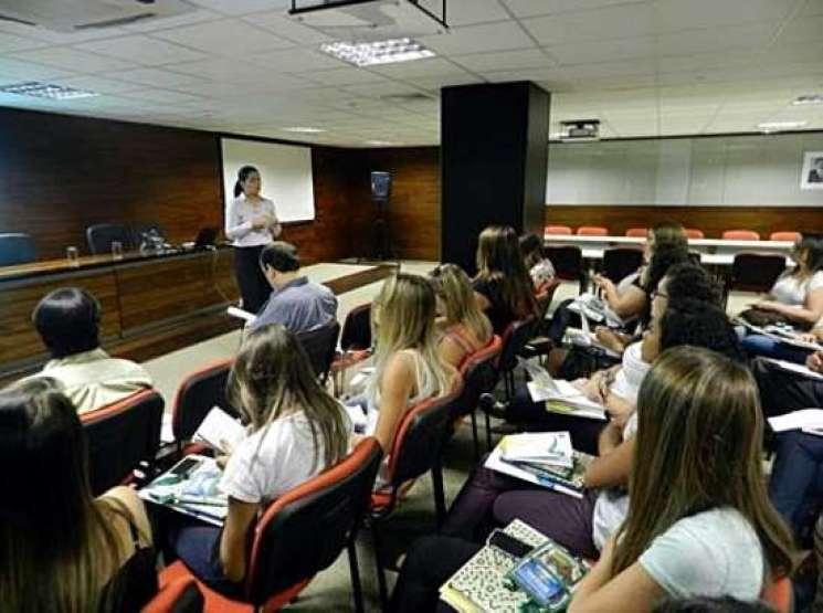 Estudantes da UERJ assistem explanação da chefe de gabinete da Embratur, Kátia Bitencourt