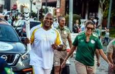 Chester Williams, condutor Bradesco durante Revezamento da Tocha Olímpica na cidade de Curitiba (PR) - 14.07.16 - Revezamento da Tocha Olímpica Rio2016. (Foto: BRADESCO/Gaspar Nóbrega)