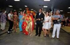 Turistas são recebidos por personagens ilustres no aeroporto de Salvador