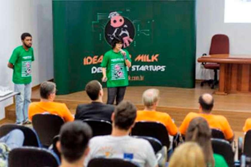 Os alunos do ICMC Lucas e Jéssika durante a apresentação do projeto Vet24hs na final local do Ideas for Milk. (Foto: Renan Alcântara)
