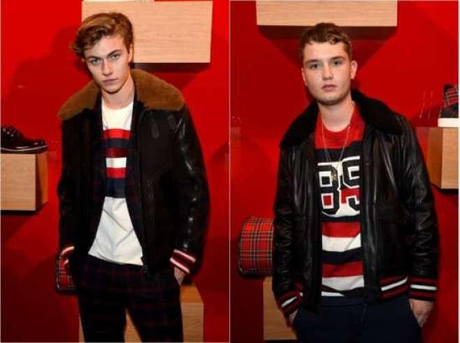 Lucky Blue Smith (esq.) vestiu um casaco de couro preto detalhado, smoking tartan, camisa branca com listras de patchwork e tênis de camurça vermelho, da Hilfiger Edition. Já