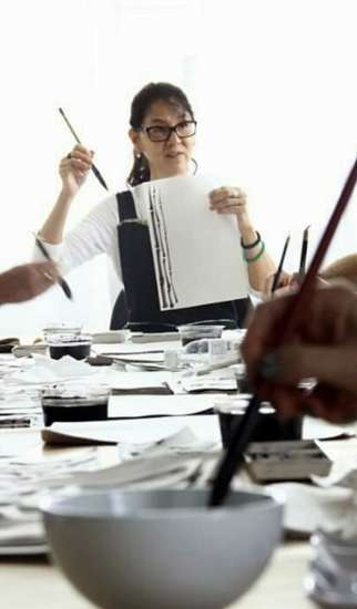 Professora e educadora, nos últimos anos realizou centenas de workshops, oficinas e aulas de pintura Sumi-ê pelo Brasil