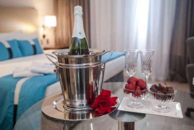 Todos incluem decoração com pétalas, chocolates finos, espumante, além de café da manhã servido no quarto.