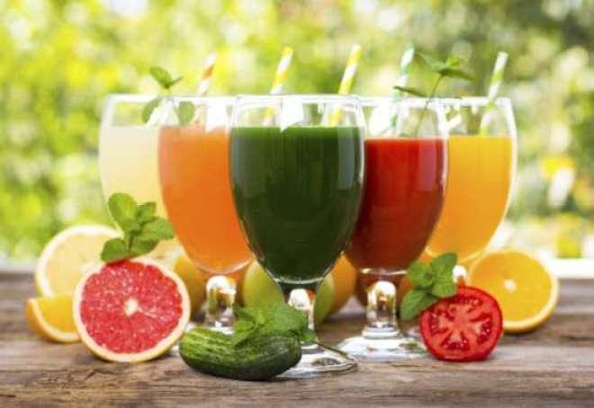 Investir em uma reeducação alimentar que prioriza a ingestão de líquidos e alimentos naturais, além dos sucos detox, é a estratégia nutricional mais indicada para limpar as toxinas.
