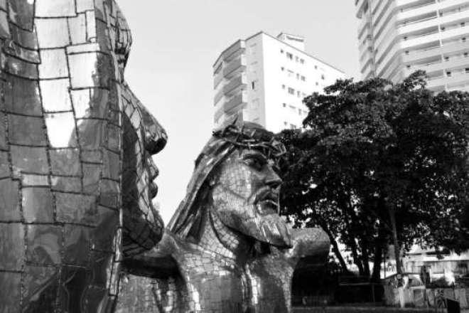 """Aberta à visitação a partir de 6 de abril (quinta-feira), na praça """"Aldo Chioratto"""", no Parque do Ibirapuera, Vila Mariana, em São Paulo-SP, """"Paixão"""" abarca 46 esculturas de aço inox de aproximadamente 3 metros cada, que revisitam importantes momentos da sagrada """"Via-Crúcis""""."""